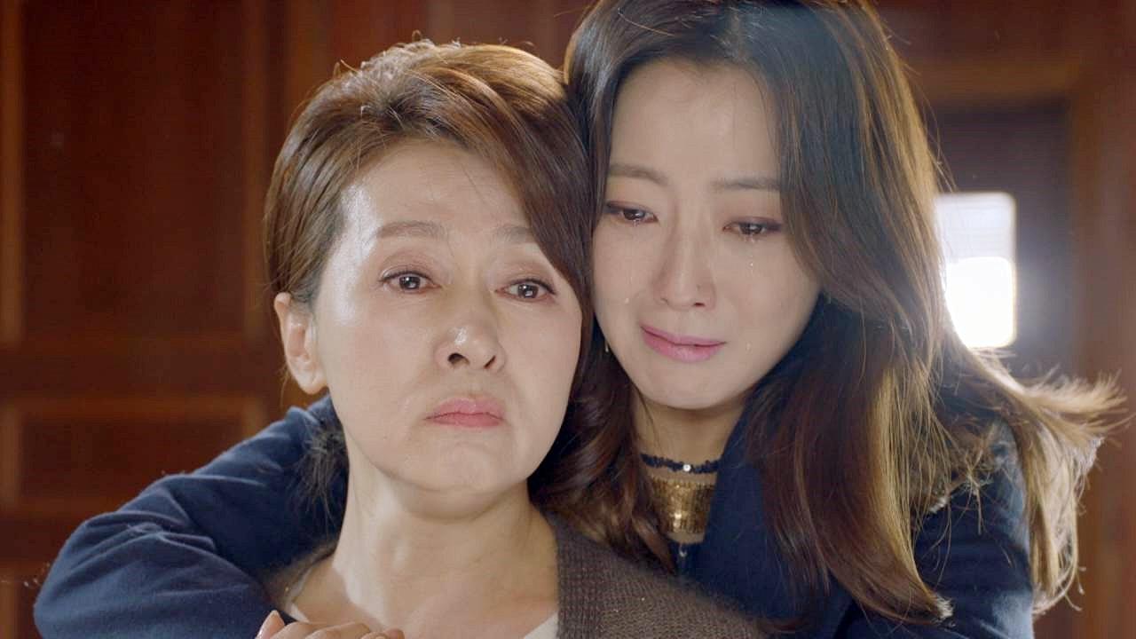 엄마, 미안해 우리 딸 힘내! 서로를 눈물로 위로하는 엄마와 딸