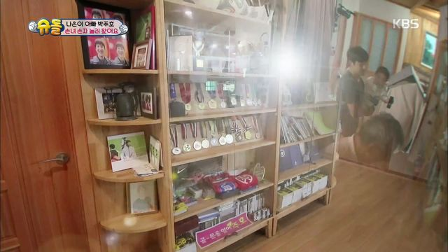 박주호 역사가 담긴 장식장 공개! 아빠 신발 신어보는 건후